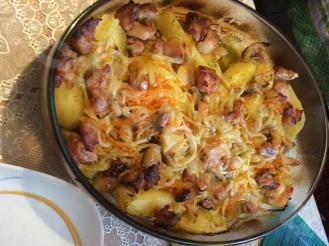 Запеченный картофель с беконом и овощами