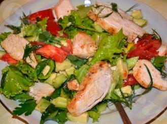 Легкий салат с курицей и зеленью