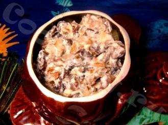 Печень говяжья с грибами в горшочке