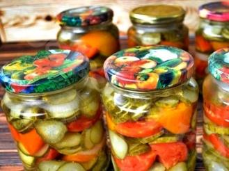 Салата из огурцов, помидоров и морковью на зиму