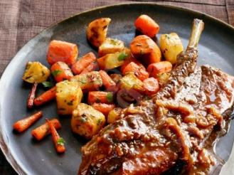 Свиные ребра, запечённые в духовке с цельными шампиньонами и помидорами