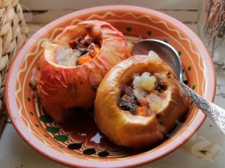 Тыква на десерт с яблоком, изюмом и орехами