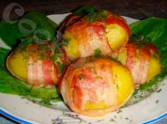 Фаршированный картофель, запеченный в беконе