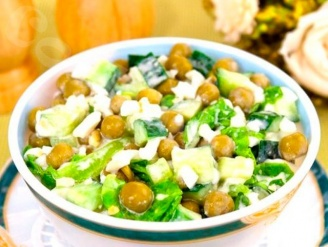 Салат с индейкой, зеленым горошком и яйцом