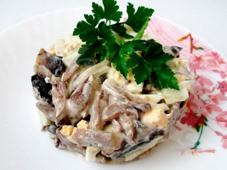 Салат с мясом (языком) и грибами