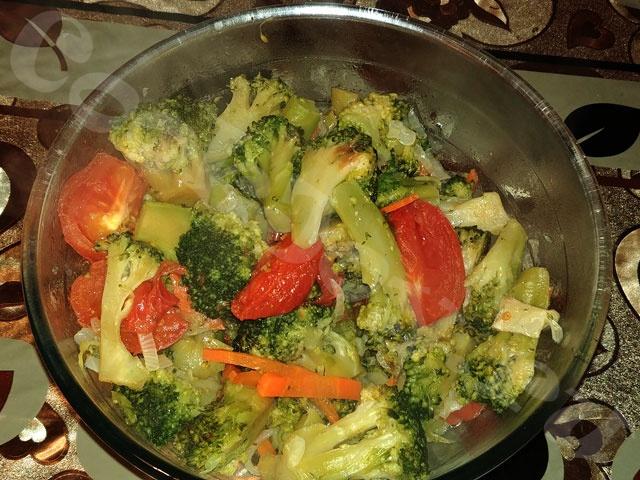 Брокколи с овощами на сковороде