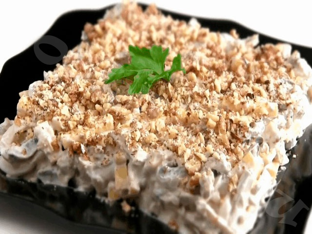 Ореховый салат с кальмарами