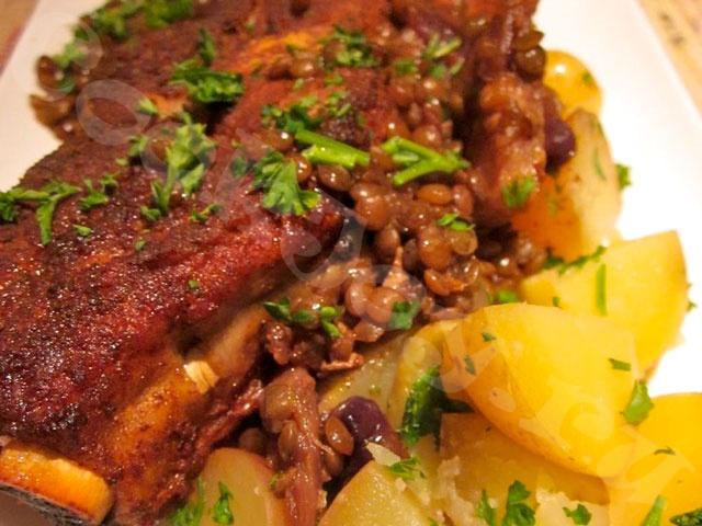 Свинные ребрышки с картошкой в духовке