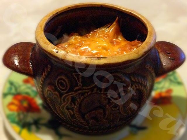 Запеченный картофель с мясом в глиняном горшочке