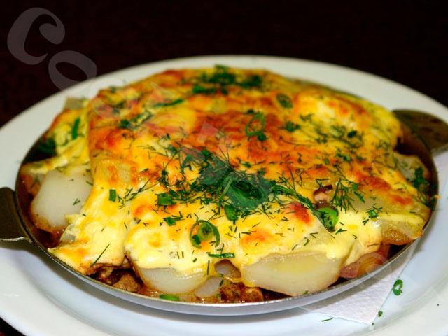 Мясо по-французски из курицы с грибами и картофелем