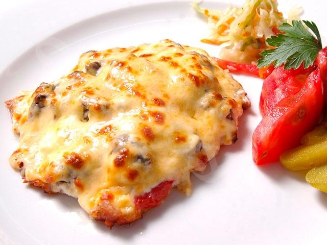 Мясо по-французски из курицы с помидором и грибами