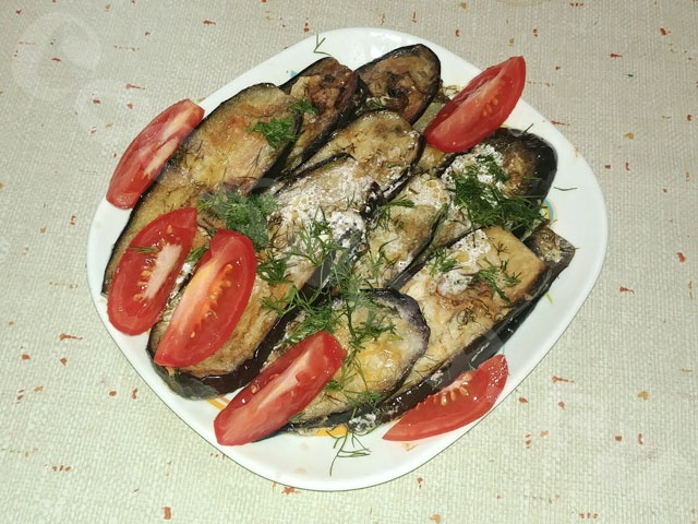 Кабачки и баклажаны, запечённые в духовке под сметано-чесночным соусом