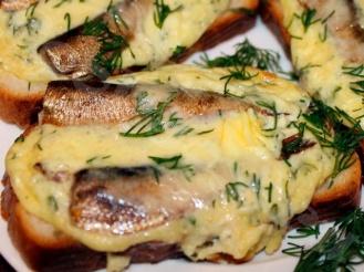 Горячие бутерброды со шпротами и сыром