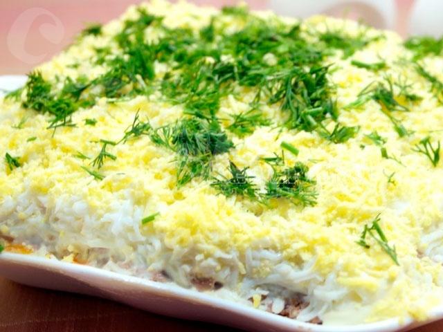 Салат из куриной печени, маринованных огурцов и яйца