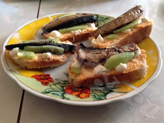 Бутерброды с икрой минтая и киви