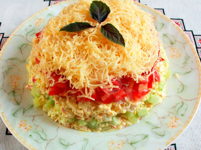 Салат с крабовыми палочками, огурцами и помидорами