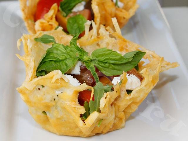 Картофельные корзиночки с салатом