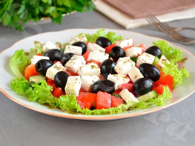 Греческий салат с орегано, мятой и укропом