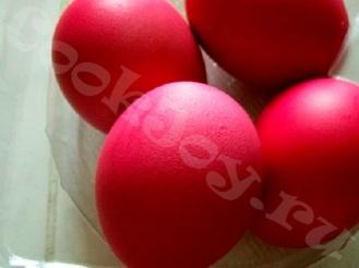 Пасхальные яйца, окрашенные соком клюквы