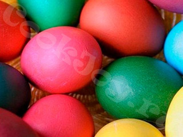 Пасхальные яйца, крашенные пищевыми красителями