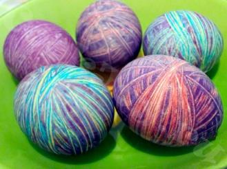 Пасхальные яйца, окрашенные нитками