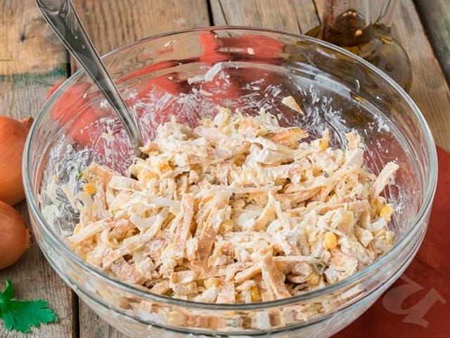 Салат из кукурузы, куриной грудки и яичных блинчиков