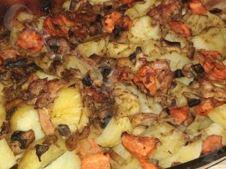 Картофель с куриными бедрами, запечённые в духовке