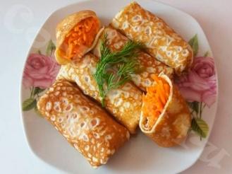 Яичные блинчики с начинкой из пряной моркови