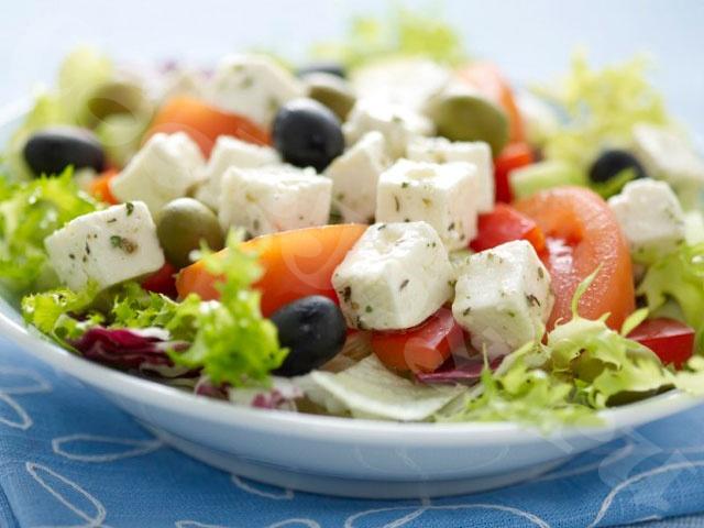 Легкий салат с маслинами и сыром фета