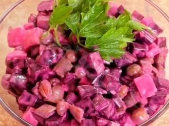 Легкий салат из свеклы с сыром и зеленым горошком