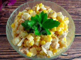 Салат с консервированной кукурузой, яйцами и сыром