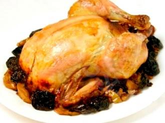 Курица, фаршированная яблоками и черносливом