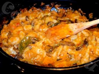 Цветная капуста с грибами и спаржевой фасолью в сметанном соусе