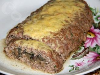 Мясной рулет с грибами и с сыром