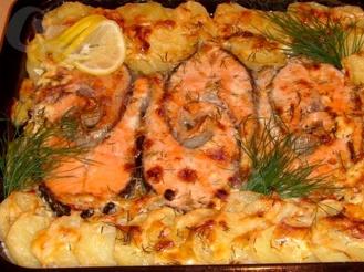 Форель, запечённая под чесночным соусом на картофельной подушке