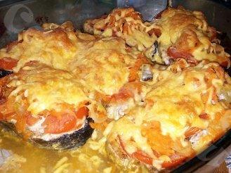 Кета, запеченная с помидорами и сыром