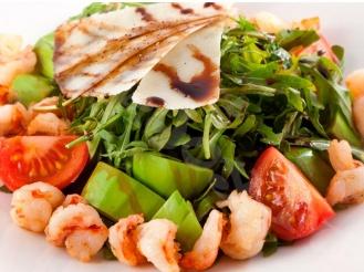 Салат с рукколой креветками, сыром и авокадо