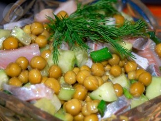 Салат с сельдью и зеленым горошком