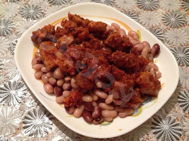 Фасоль в мультиварке со свининой в томатном соусе