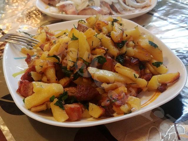 Жареная картошка с зеленью