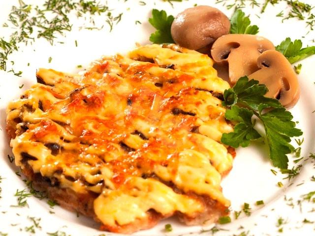 Мясо по-французски из говядины с сыром и грибами