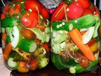 Огурцы и помидоры с кабачками