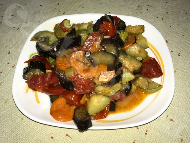 Овощное ассорти из баклажан, цуккини и помидоров
