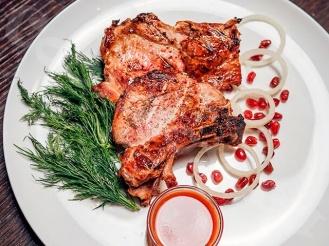 Свинина на косточке в маринаде из сметаны и красной смородины