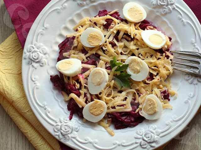 Салат со свеклой, сыром и перепелиными яйцами