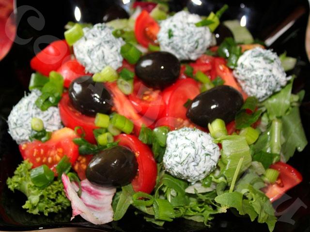 Салат овощной с маслинами и фетой