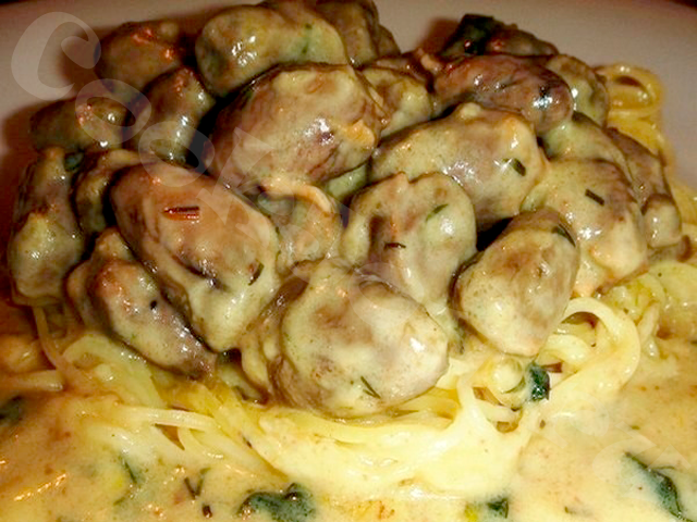 Куриные сердечки в сырном соусе