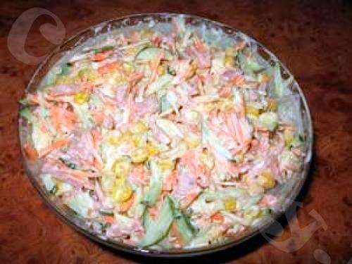 Салат из свежей моркови с копченой колбасой и кукурузой